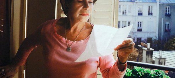 Vrouw die beschikkingen leest